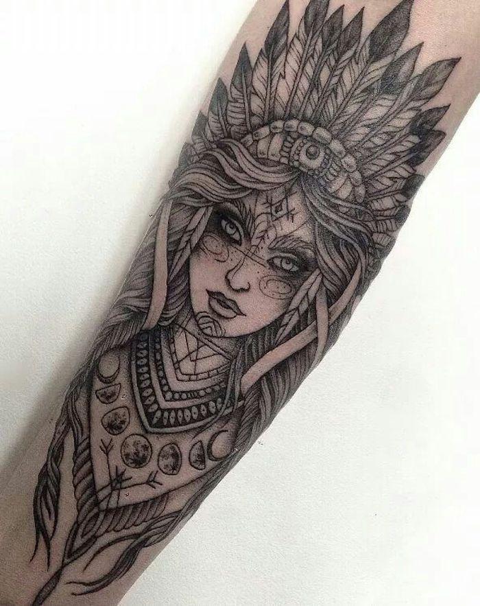 tattoo arm frau, frau mit indianer komppschmuck