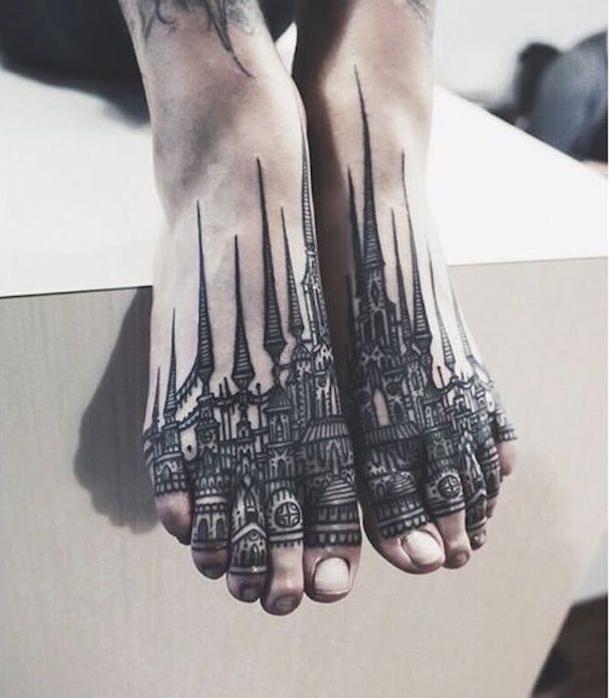 dünne Beine die mit einer Stadt mit hohen Türmen Tattoo Stile