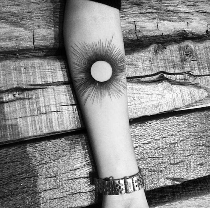 Tattoo geometric wie eine Sonne mit vielen Strahlen am Arm - Tattoo Stile