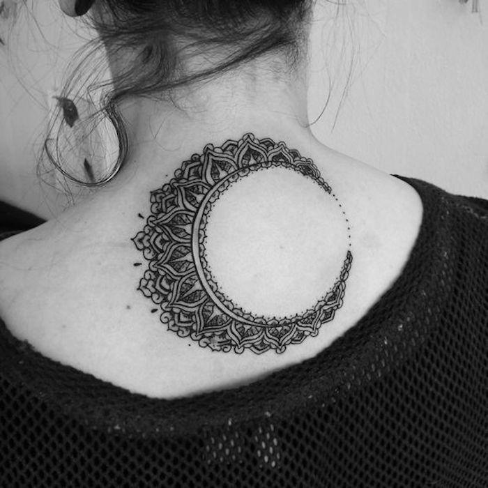 Mandala Tattoo wie der Mond in Blumen am Rücken für Frauen - Tattoo Stile