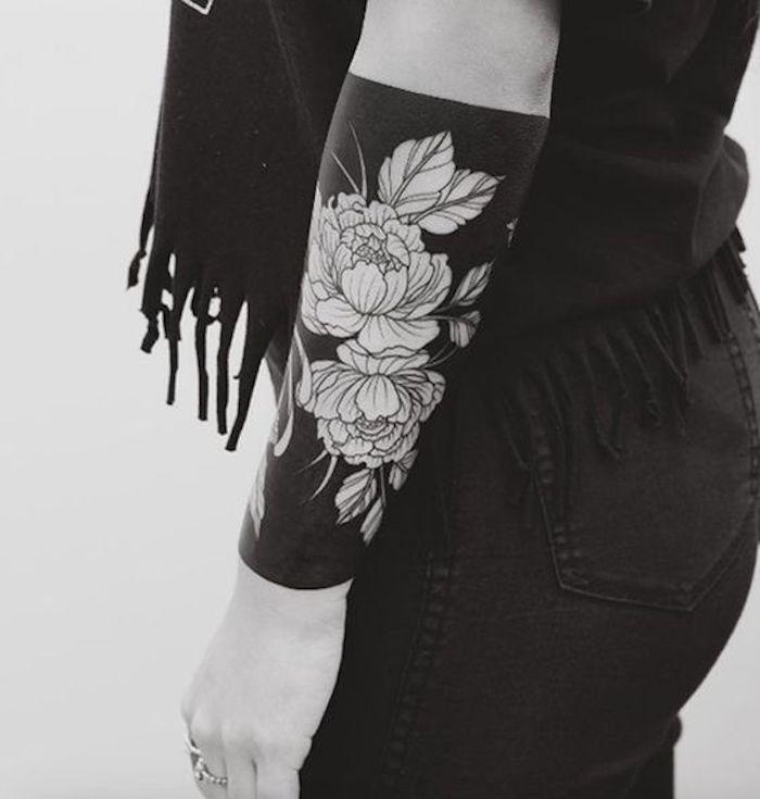 all black Tattoo mit Blumen - zwei Rosen und Ihre Blätter am Arm - Tattoo Stile