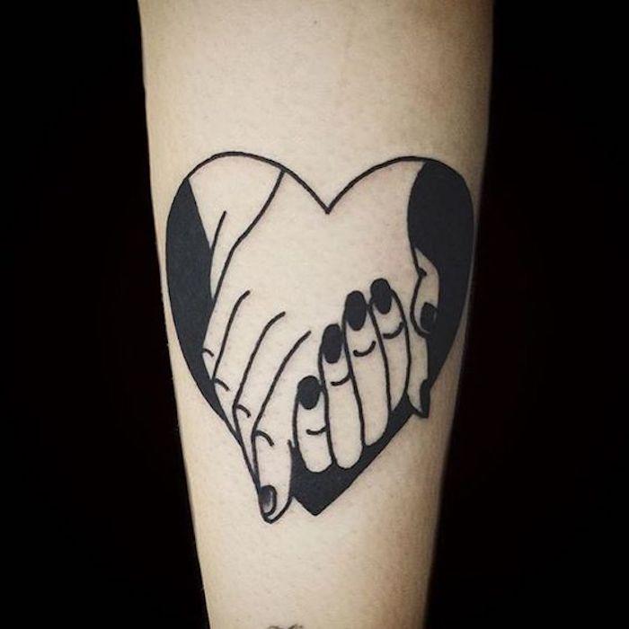 ein Herz mit Hände von zwei Verliebten ein Symbol von Liebe - all black Tattoo
