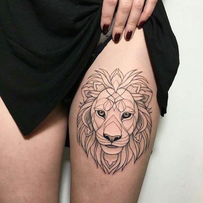 weiße Wand, Löwen-Tattoo mit geometrischen Figuren, Nagellack in Weinrot