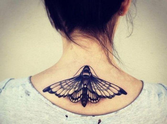 Schmetterling-Tattoo, Halstattoo, Hochsteckfrisur, T-Shirt mit Löchern