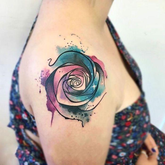 abstrakte Tätowierung, Wasserfarben-Tattoo, buntes schulterfreies Kleid