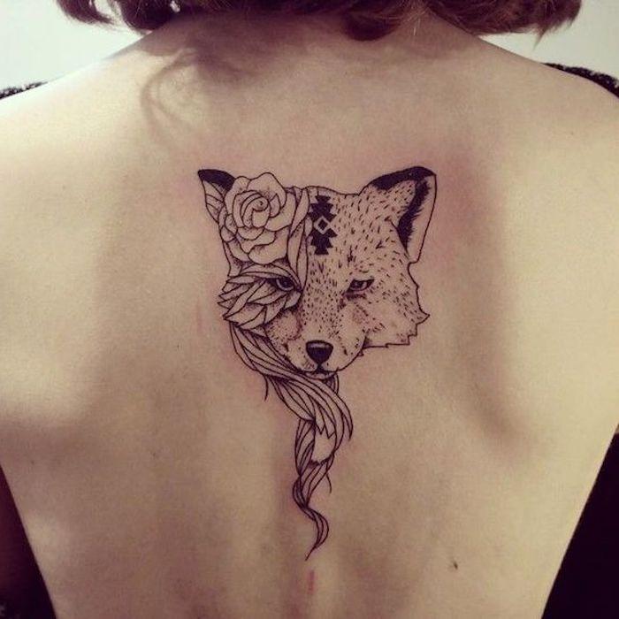 Mädchen mit einer Tätowierung von einem Fuchs mit einer Rose auf dem Kopf