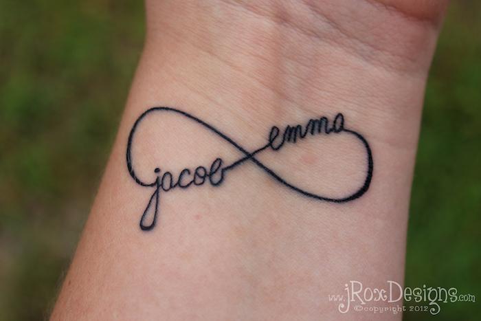 Mittelgroßes Tattoo am Handgelenk, Unendlichkeitszeichen mit zwei Namen, schönes Tattoo für Liebespaare