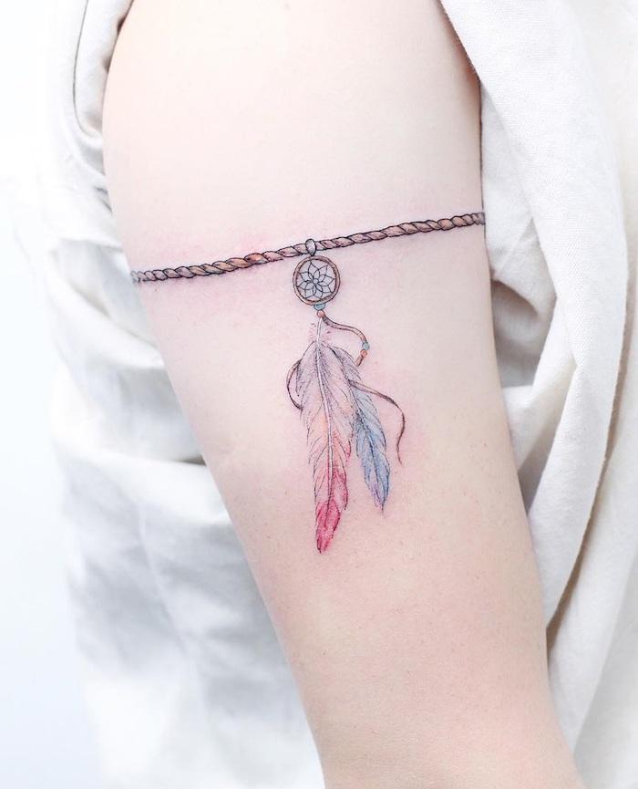 Traumfänger Tattoo mit zwei Federn am Schulter, Armband Tattoo, kleine Tattoos für Frauen