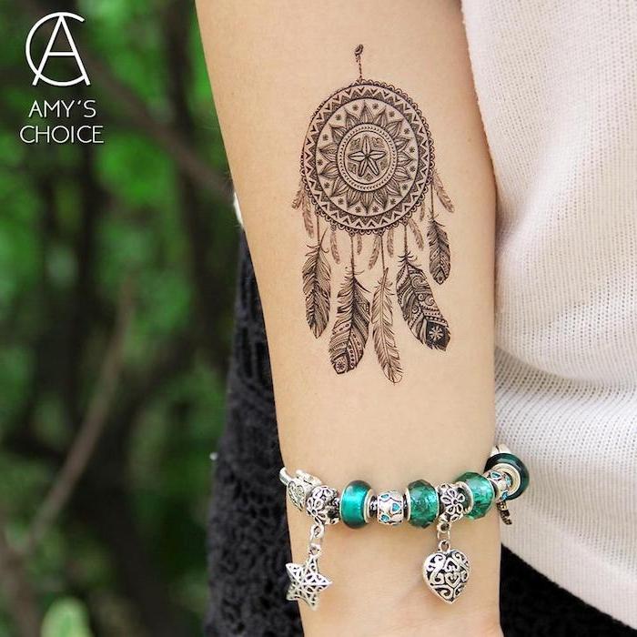 Traumfänger Tattoo am Unterarm, silbernes Armband mit grünen Steinen, Dreamcatcher Tattoo Ideen