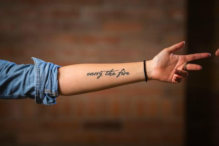 Mittelgroßes Tattoo am Unterarm, Carry The Fire Tattoo in Schreibschrift, Tattoos für Frauen