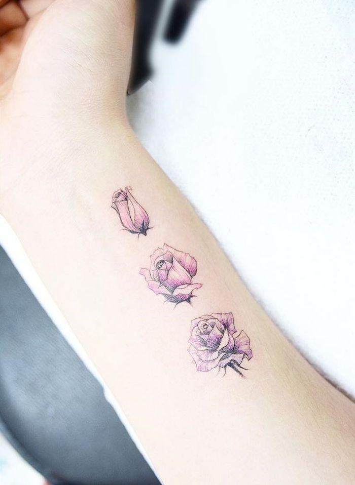tattoo arm frau, kleine rosa rosen am unterarm