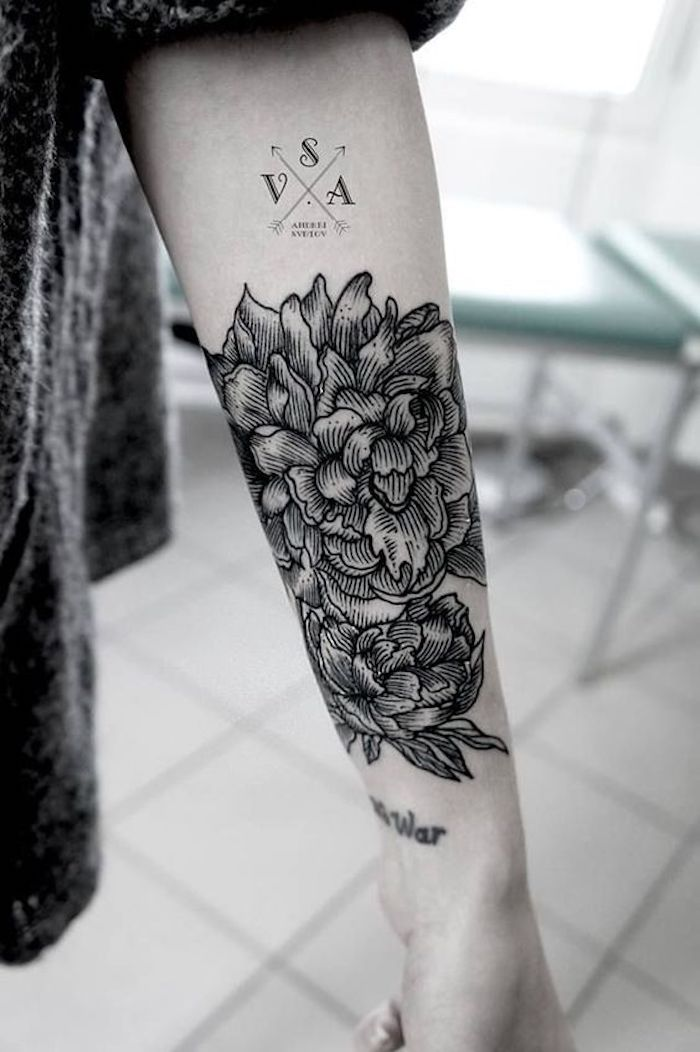 tattoo arm frau, tätowierung mit blumen-motiv, kompass