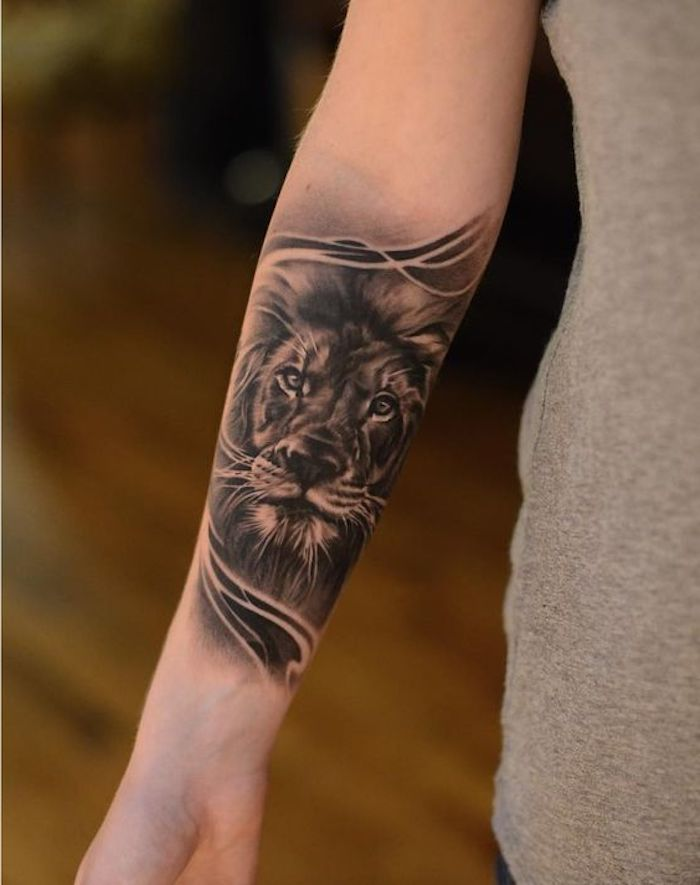 tattoo arm frau, löwe-tattoo in schwarz und grau am unerarm