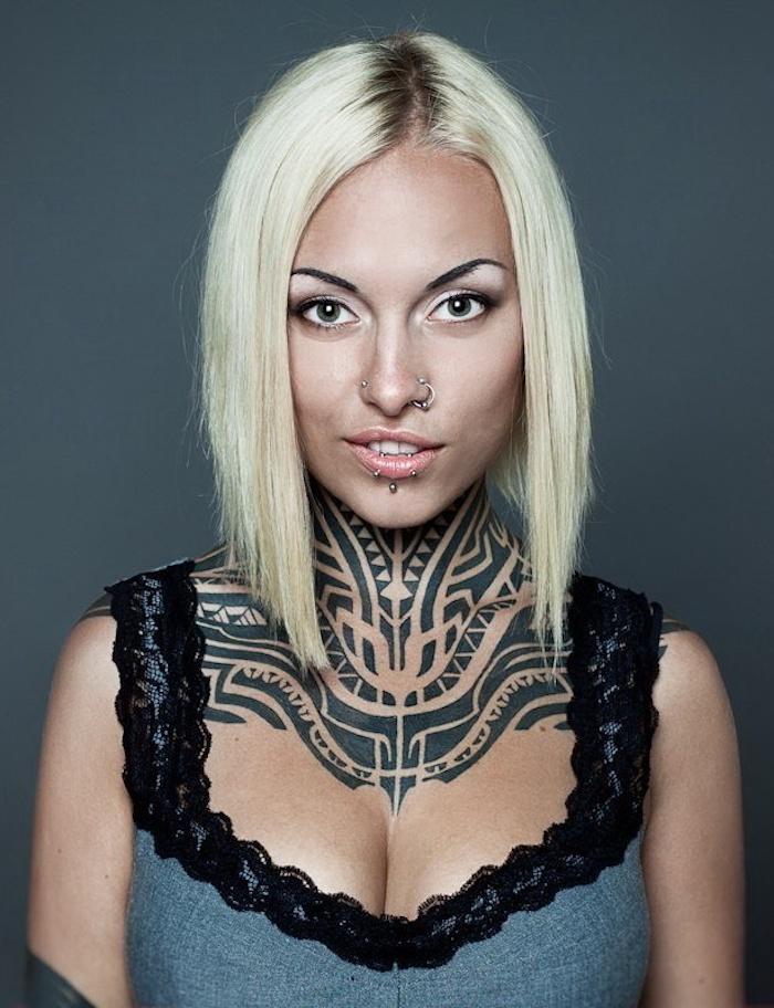 tribal tattoo nacken, glatte blonde haare, bob-frisur