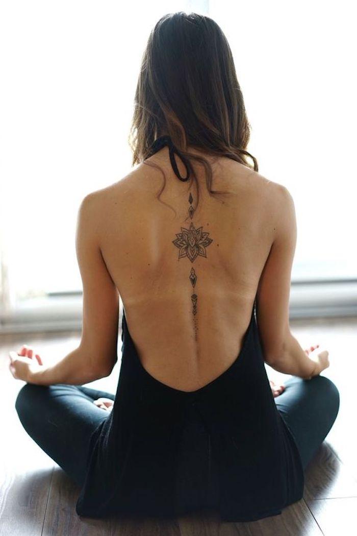 tattoo rücken, tätowierung mit blumen-motiv, joga