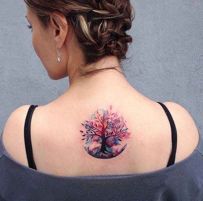 tattoo rücken, braune haare mit blonden strähnen, flechtfrisur