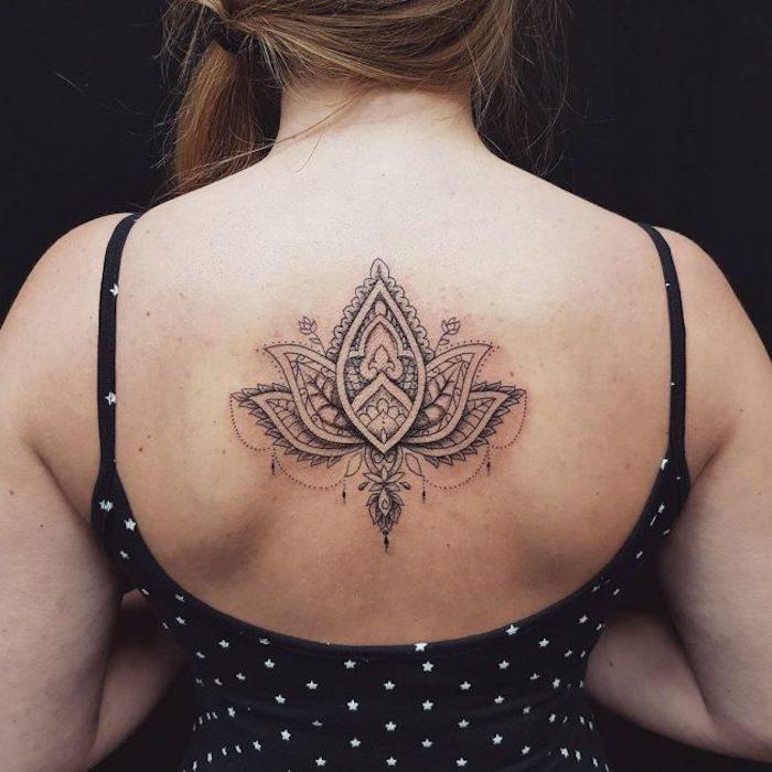 tattoo rücken, schwarzes kleid mit weißesn punkten, mandala tattoo