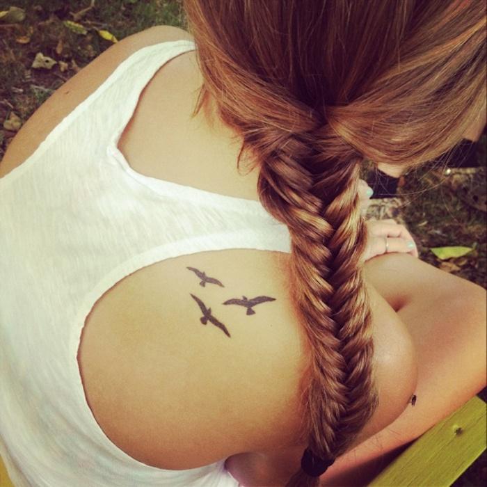 tattoo rücken, kleine vögel, flechtfrisur mit großem zopf