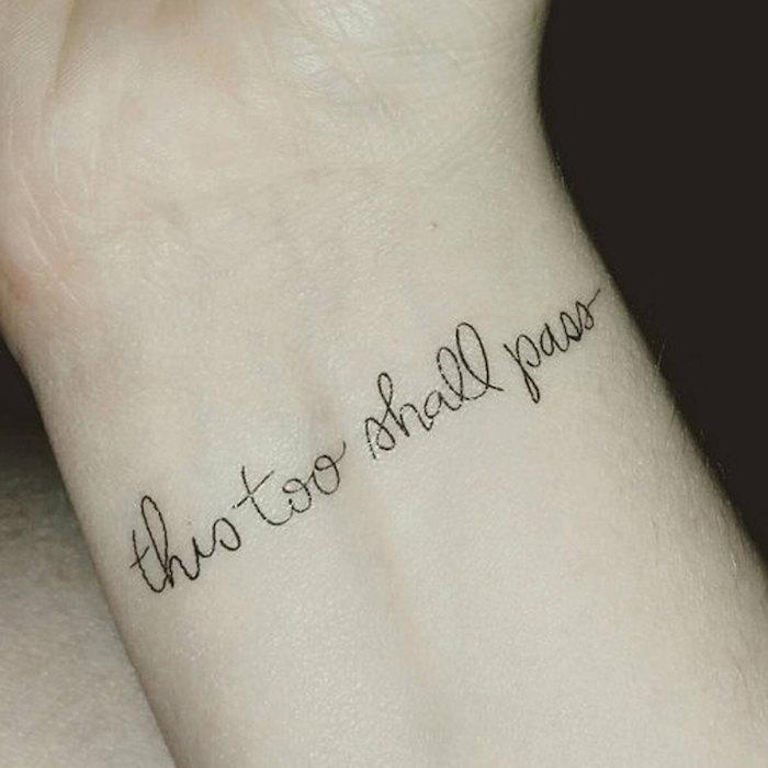 das ist eine ide ezum thema kleiner schwarzer schöner tattoo auf dem handgelenk