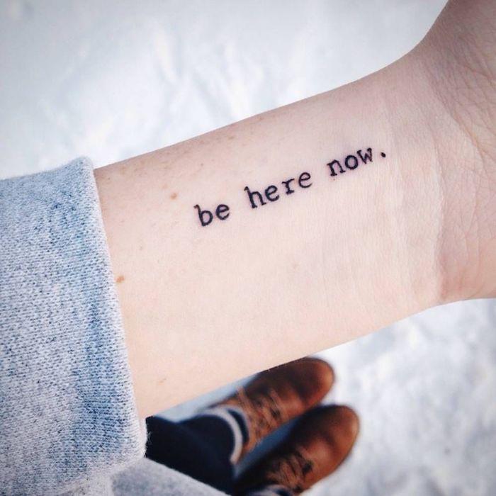 Kleines Tattoo am Handgelenk im Schreibmaschinenstil, Be here now, Tattoo Schriften Handgelenk