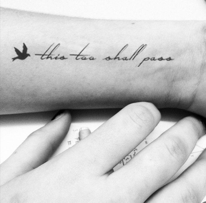 Mittelgroßes Tattoo am Unterarm, This too shall pass, kleines schwarzes Vögelchen