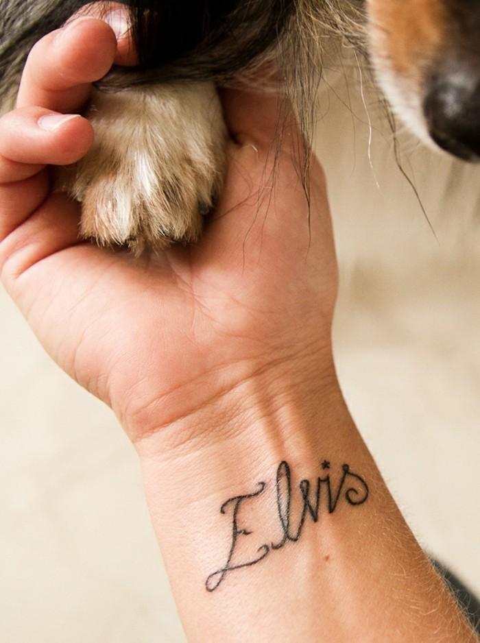 Mittelgroßes Tattoo am Handgelenk, sich den Namen des Haustiers tätowieren lassen, Elvis Tattoo