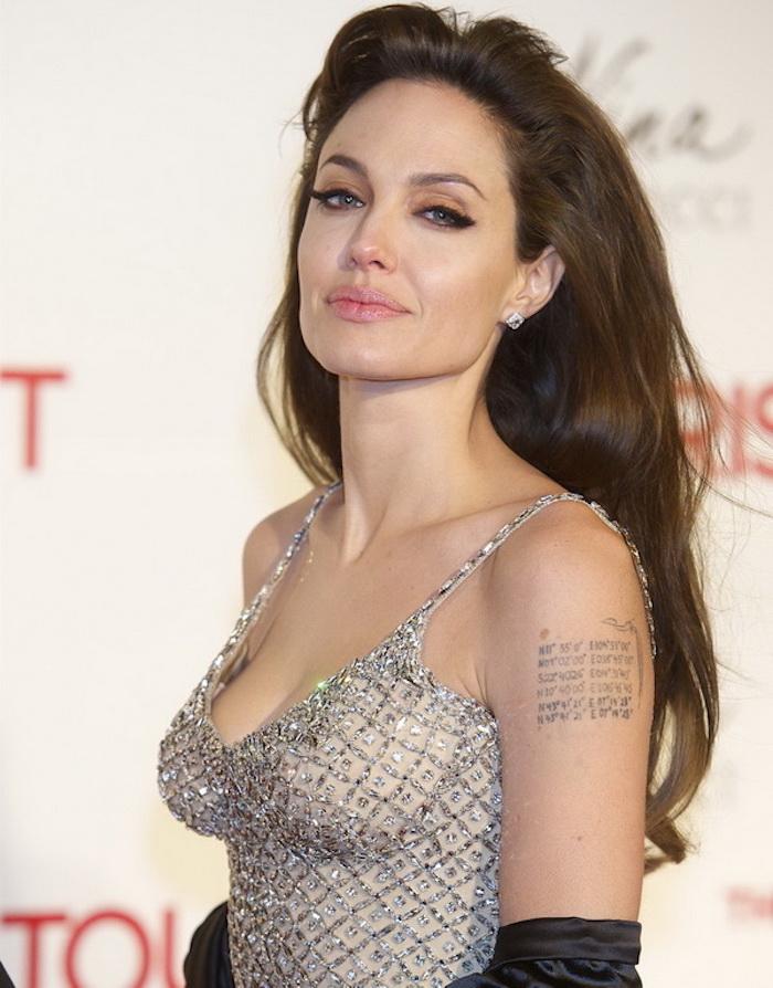 tattoo schriftzüge, angelina jolie mit silbernem kleid mit kristallen