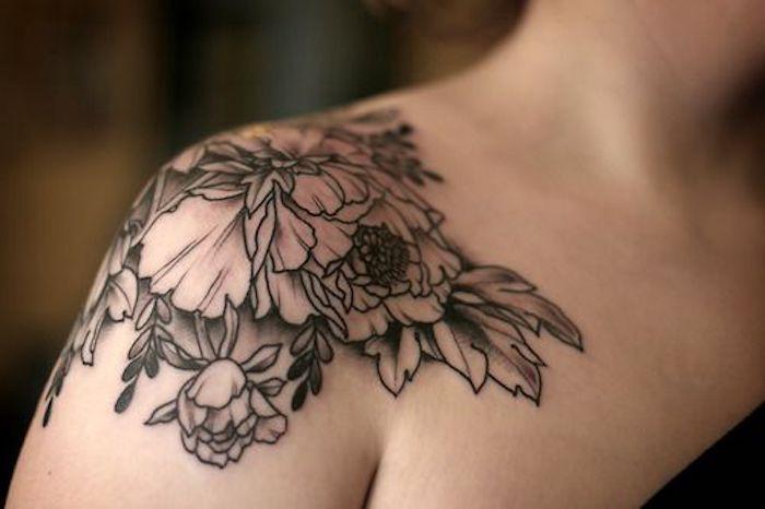 tattoo schulter, tätowierung in schwarz und grau, blumen tattoo