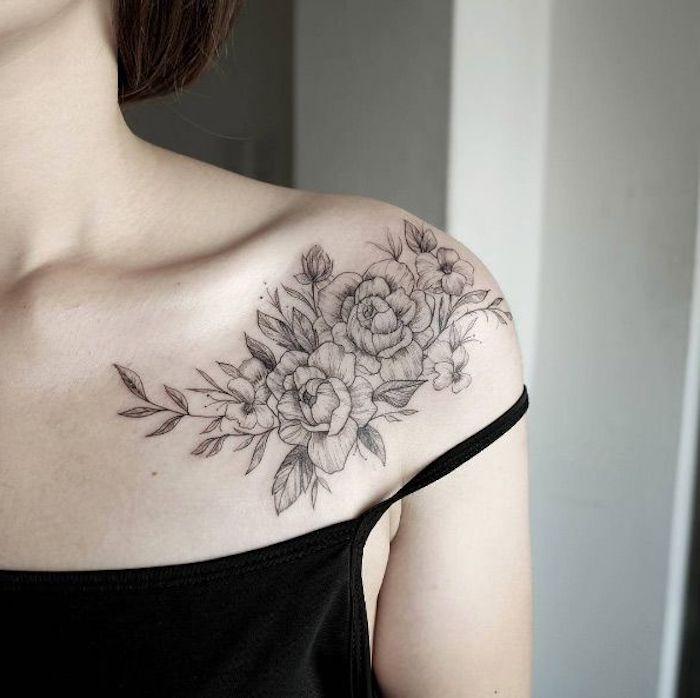 tattoo schulter, tätowierung in schwarz mit blumen