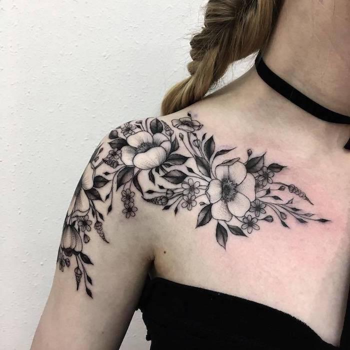 tattoo schulter, tätowierung in schwarz und grau, frau