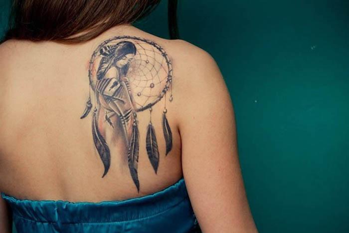 tattoo rücken, traumfänger stechen lassen, blaues kleid