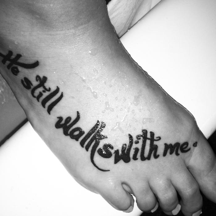 Tattoo Schrifte auf dem Bein eine Erinnerung er ist noch mit mir nach Baden