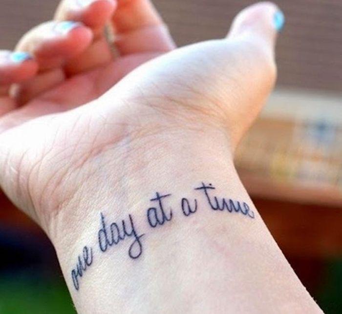 die Zeit soll langsam vergehen sagt dieser Spruch Tattoo Schrifte am Handgelenk