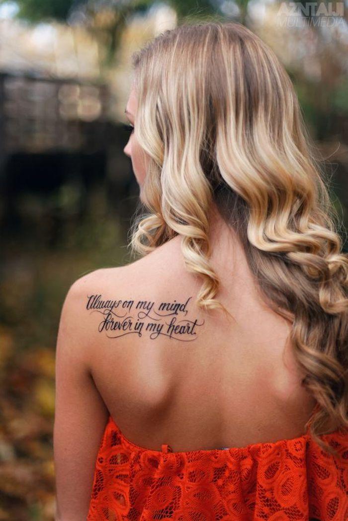 Tattoo Spruch für Frauen in rotem Kleid ein Tattoo über die ewige Liebe