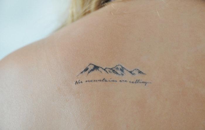 ein Bild von einem Gebirge und Tattoo Spruch, der sagt - der Berg ruft