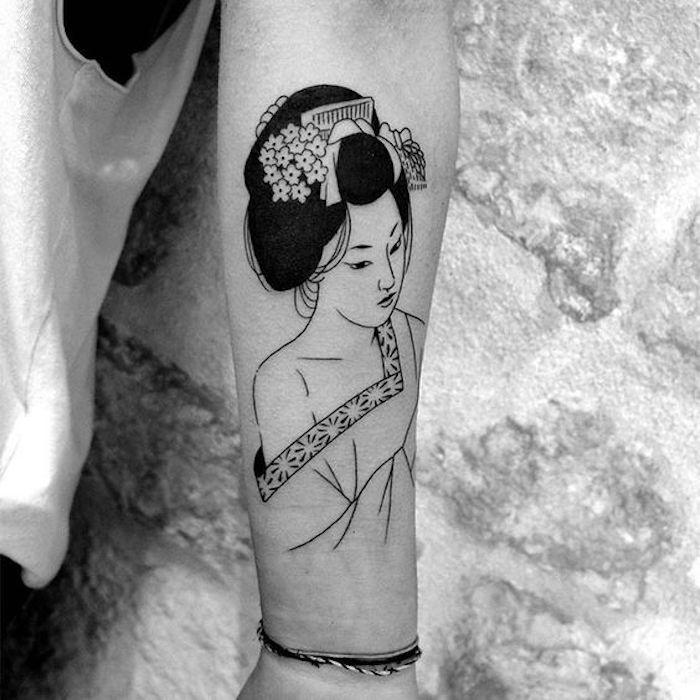 ein schönes Tattoo aus Japan mit einer Geischa schöne komplizierte Frisur - all black Tattoo