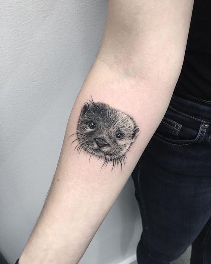 ein Otter Kopf Tattoo realistic all black Tattoo am Oberarm für diese die Tiere gern haben