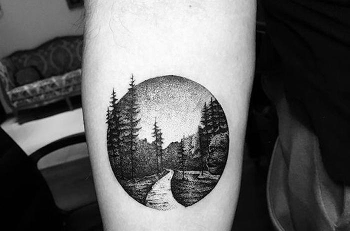 ein Bild als all black Tattoo von einem Fluss mit Bäumen darum hohe Bäume im Kreis