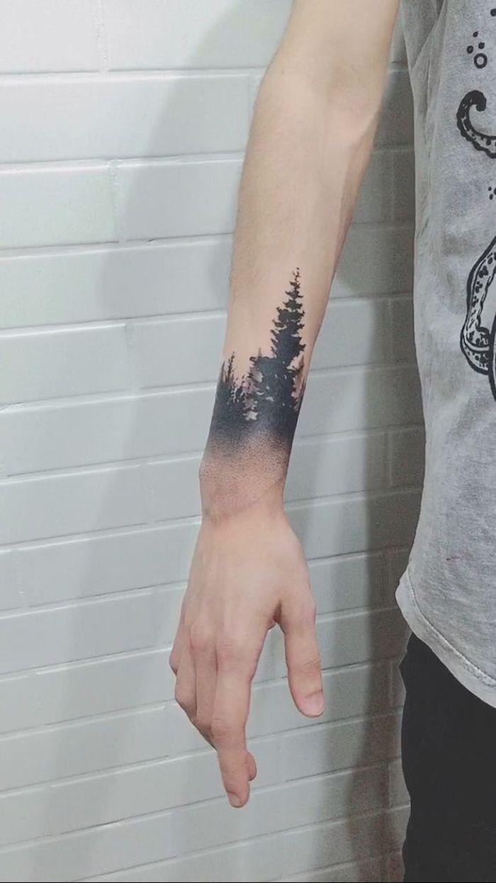 all black Tattoo - ein Wald am Handgelenk ein einsamer hohen Baum einfach bildschön
