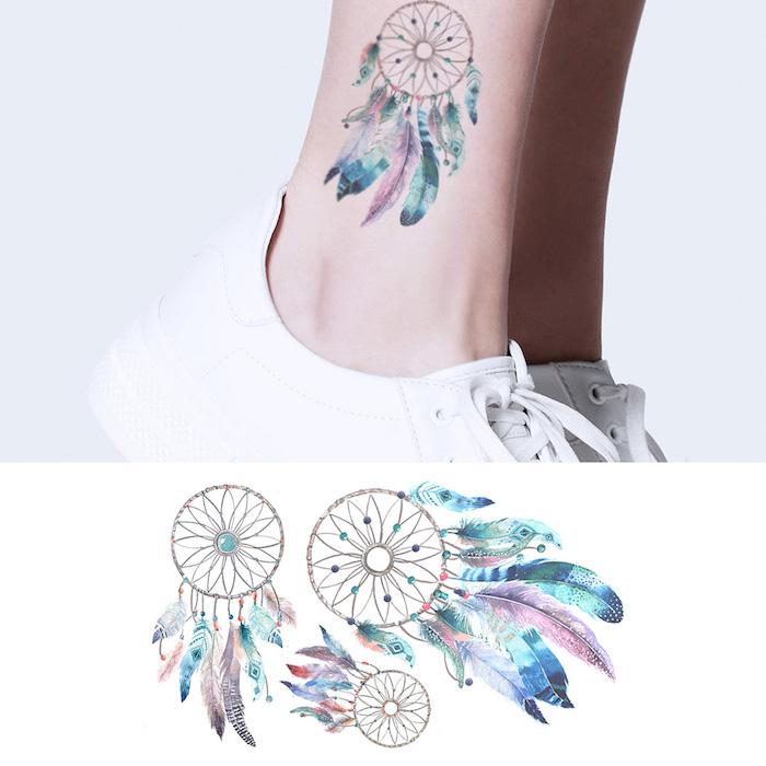 Dreamcatcher Tattoo mit bunten Federn am Knöchel, Traumfänger Tattoos für Frauen