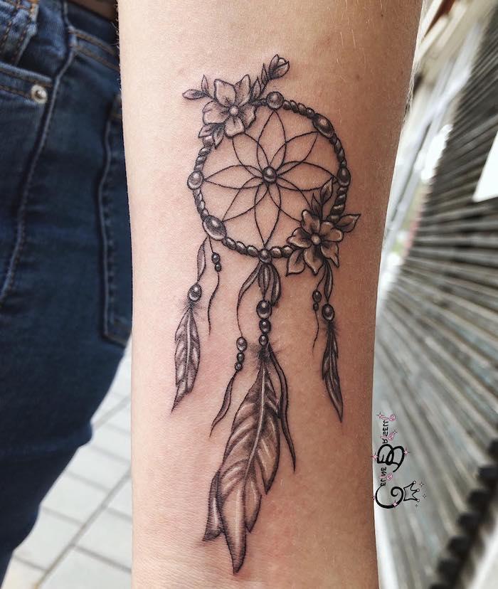 Unterarm Tattoo, Dreamcatcher mit Blumen, Federn und Perlen, Arm Tattoos für Frauen