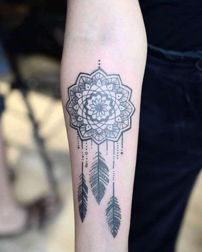 Mandala Traumfänger mit drei Federn, Mandala Tattoos für Frauen, Tattoo am Unterarm