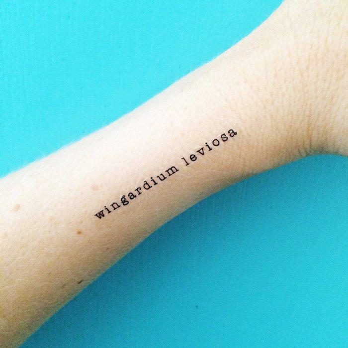 Kleines Tattoo am Unterarm im Schreibmaschinenstil, Wingardium Leviosa Tattoo