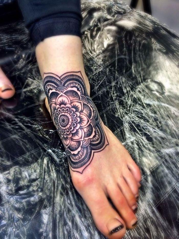 tattoo vorschläge, großes mandala tattoo am fuß