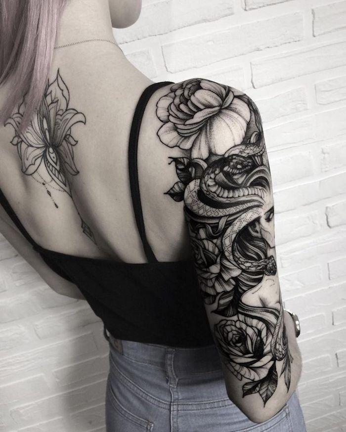 tattoo vorschläge, tätowierung in schwarz und grau am oberarm