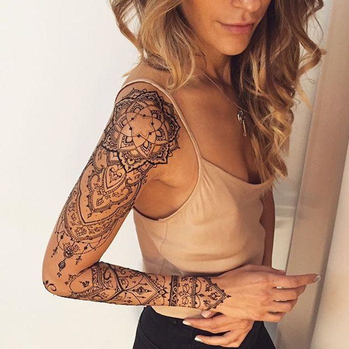 tattoo vorschläge, mandala tattoo in schwarz und grau am arm, sleeve tattoo