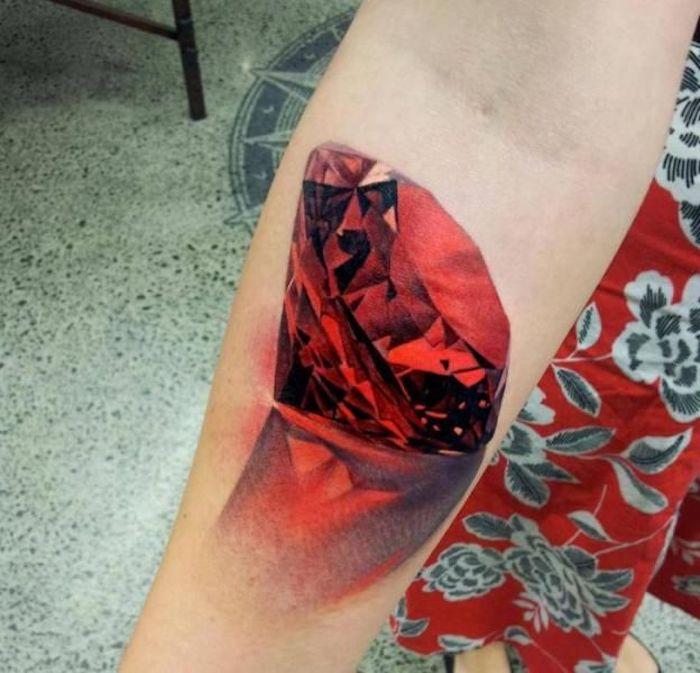 tattoo vorschläge, bunte tätowierung, großer roter diamant
