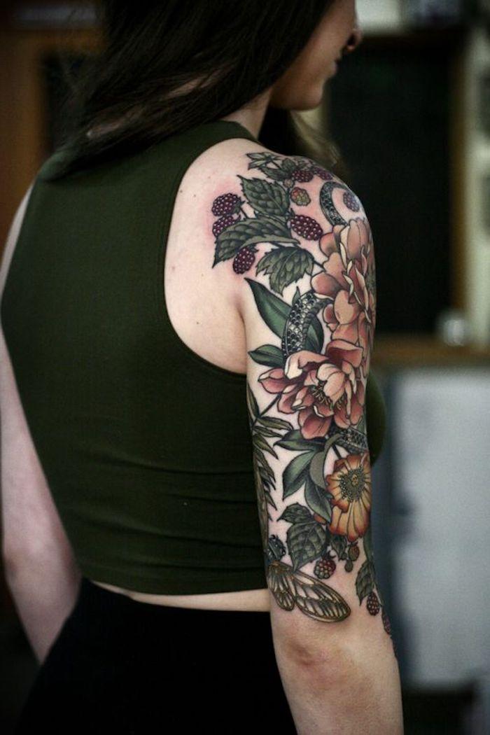 tattoo vorschläge für frauen, bunte tätowierung mit blumen am oberarm