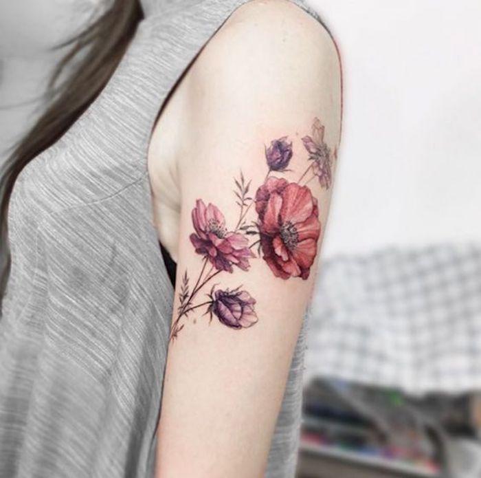 Frau mit Hautverzierung am Schulter, rote und lila Blumen