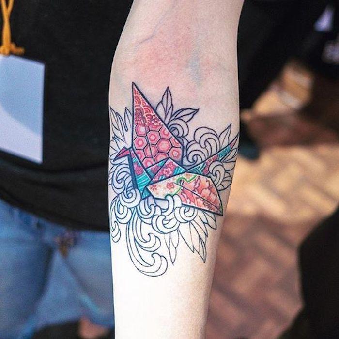 hübsches buntes Origami-Kranich-Tattoo unter dem Ellenbogen